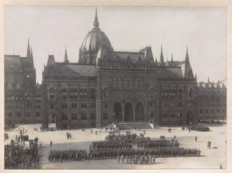Regimentul 27 Infanterie în fața Parlamentului din Budapesta, septembrie 1919, MNIR